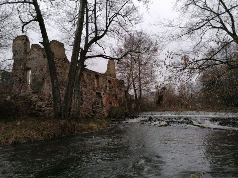 Руины старинной водяной мельницы на берегу Лососянки