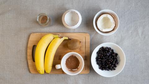 Веганское мороженое с киви, какао и черной смородиной
