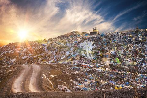 Как мусорные свалки способствуют глобальному потеплению и что делать с метаном?