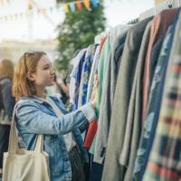 Треть британских женщин заявила, что после карантина планируют покупать меньше одежды