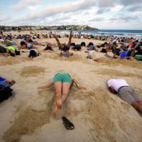 В Австралии 400 активистов спрятали головы в песок в знак протеста антиклиматической политике премьер-министра