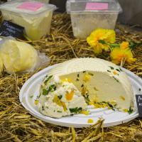 Домашние сыры, овощи и выпечка. Что купить на фермерском рынке в Валерьяново?