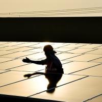 Ветровая и солнечная энергия стоит уже в 2-3 раза дешевле углеводородной