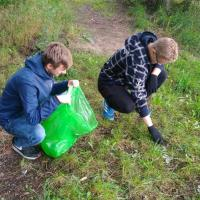 Бутылки и пакеты: в субботник активисты убрали мусор в «Пышках»