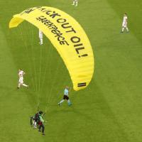 Экоактивист спрыгнул на парашюте на стадион перед матчем Франция — Германия