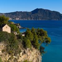 Сотни трупов и гробов с разрушенного кладбища загрязнили море в Генуе