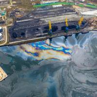 Крупный разлив нефтепродуктов произошел в акватории Находки