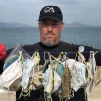 Пляжи Гонконга заполонили медицинские маски