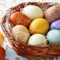Красим яйца к Пасхе натуральными красителями: специями, ягодами и овощами