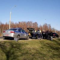 В Бресте в авто противника завода АКБ нашли патроны и похожий на запал взрывчатки предмет