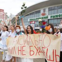 В Минске 250 женщин с цветамши в белом вышли на Комаровку в знак протеста против насилия