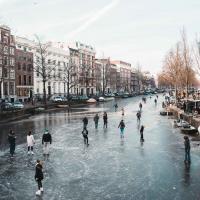В Амстердаме перекрыли каналы, чтобы стал лёд