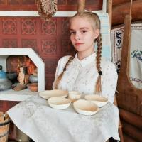 Гомельская школьница сделала одноразовую посуду из природных материалов