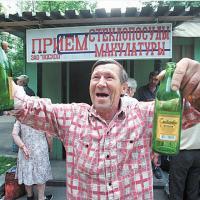 Беларусские руководители будут собирать бутылки и макулатуру