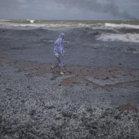 Горящий контейнеровоз сбросил тонны токсичного пластика на пляжи Шри-Ланки
