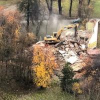 На площадке под будущий «МакДональдс» вырубили почти все деревья, хотя говорили про четыре