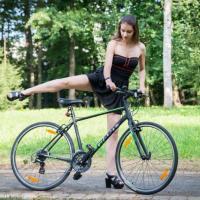 Кататься на велосипеде в короткой юбке или платье в пол? Легко! Видеоэксперимент