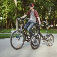 Волонтёры среди нас: школьник учит минчан ездить на велосипеде