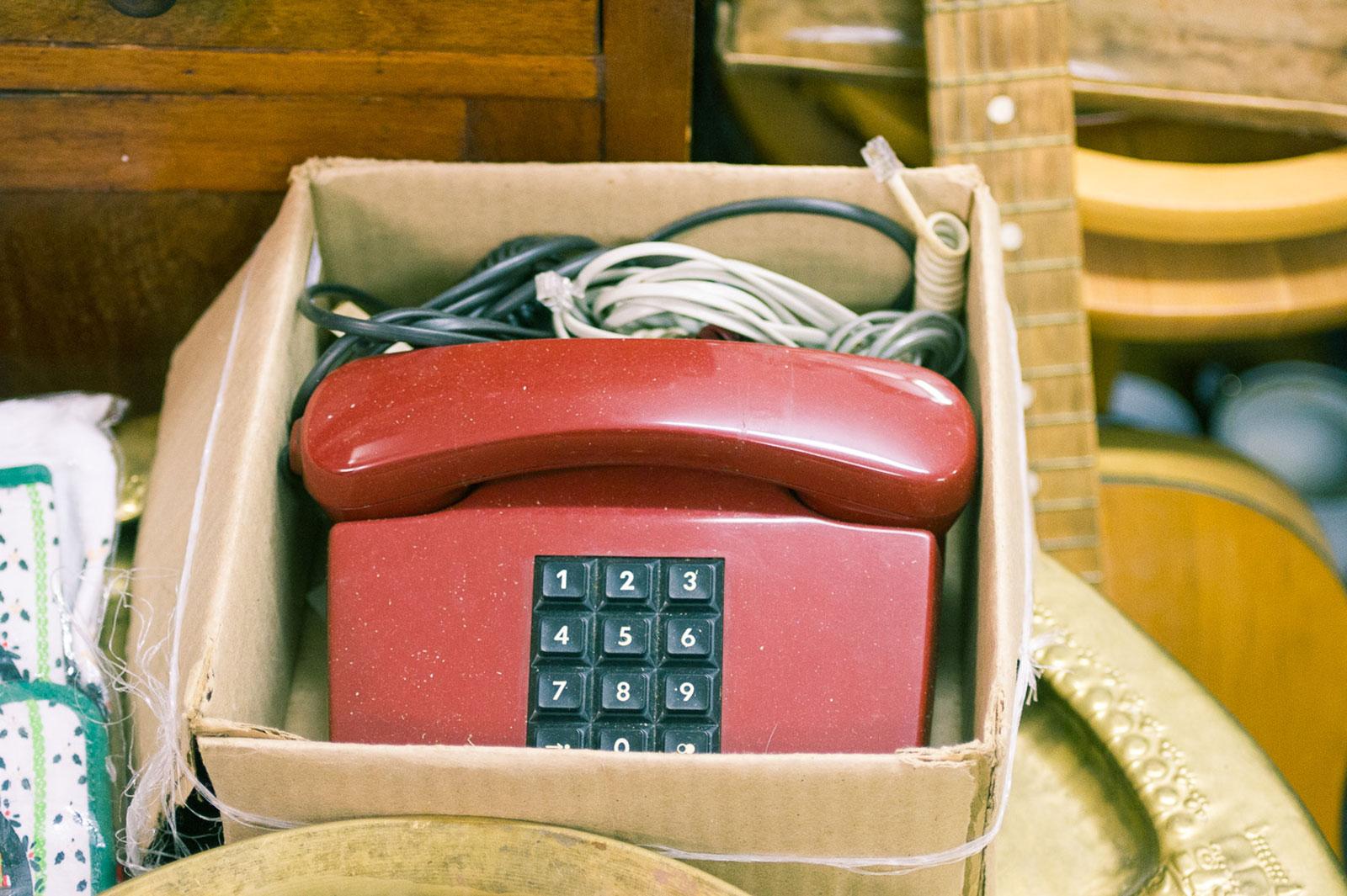 Телефон отдают, по словам продавцов, почти бесплатно. А стоил он 140 рублей, как чья-то зарплата. Сохранились даже ценник и чек