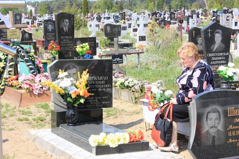 Искусственные цветы на могиле оформление фото