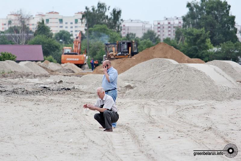 Виктор Баранов из Брестской городской инспекции охраны окружающей среды с предствителем СУ №158