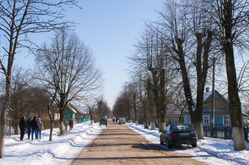 две полосы в обоих направлениях, песчаная обочина, асфальтированные тротуары или тропинки по одной-двум сторонам дороги