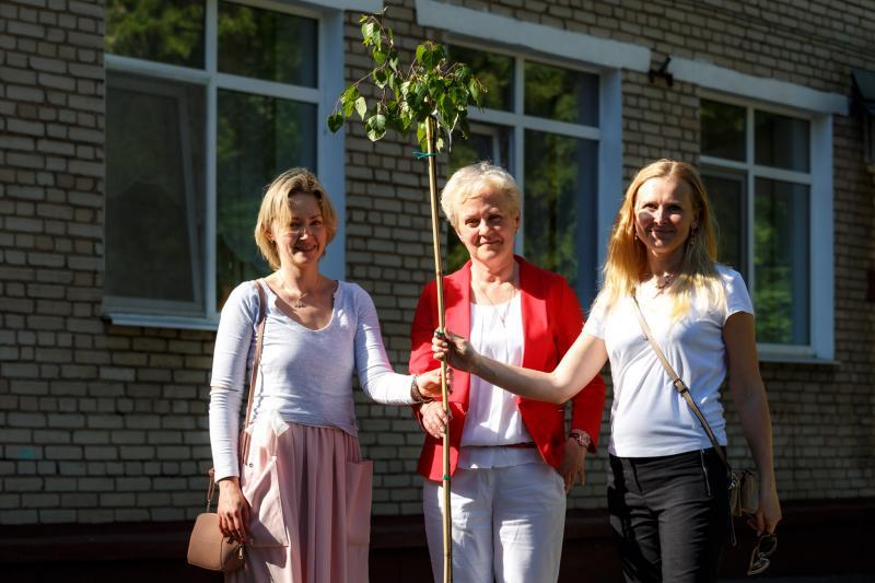 Анна Ковалёва (слева) и Светлана Абрамович (посредине) в 2019 году. Фото – Алексей Басалай