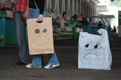 Уголовка, налоги, штрафы. Как запрещают пластиковые пакеты по всему миру