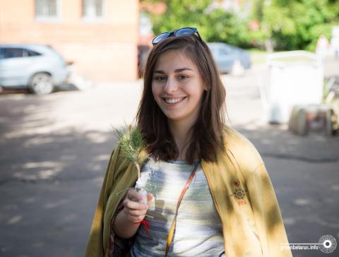 Клёны и лиственницы улетели со свистом: в Минске обменяли макулатуру на саженцы