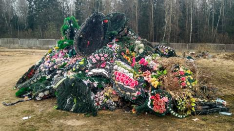 Цветы на кладбище – пластику здесь не место