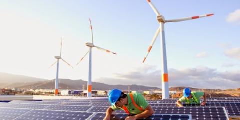 Инфографика: сколько миллионов человек работают в сфере «зелёной» энергетики