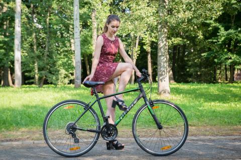 На велосипеде в короткой юбке и длинном платье: как сесть и доехать [не] вызвав ажиотаж