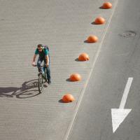 Возле Комаровки велосипедистам разрешат ездить по дороге, а во дворах будут строить велогаражи