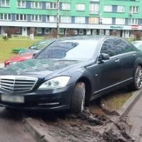 Мини-полис «Каскад»: пустой паркинг, машины на зелёной зоне