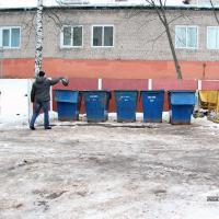 Кантэйнеры разладу: жыхары Полацка скардзяцца на смецце пад вокнамі