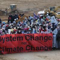 Экоактивисты пытаются блокировать угольный карьер в Германии и выкатили в центр Бонна машину по захоронению ядерных отходов. Что происходит?