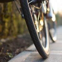 Где место велосипеду: с пешеходами или машинами?
