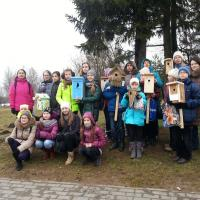 В столичном лесопарке «Дрозды» дети смастерили и развесили скворечники