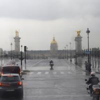 В Париже из-за смога ограничено движение транспорта, а прокат велосипедов стал бесплатным