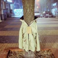 Тёплые вещи для нуждающихся развесили на деревьях в Софии