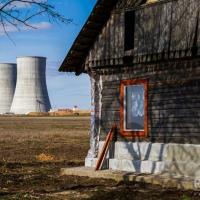 Беларусь, 21 век. Жительница ближайшей к АЭС избушки освещает дом керосиновой лампой