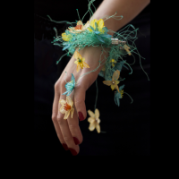 Новая жизнь старым вещам: красивые цветы из старых пакетов