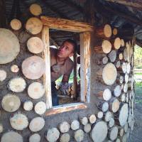 Мозырянин построил дом из песка и глины за тысячу долларов и остался в нём зимовать