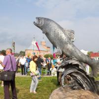 «Его будут посещать и натирать». В Беларуси открыли сразу два памятника лососю
