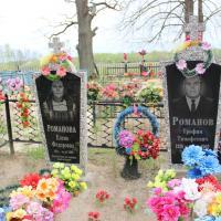 Штучныя кветкі на могілках: чаму пластык стаў традыцыяй?