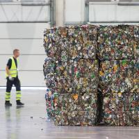 Тяжелее Эйфелевой башни. Жители Литвы возвращают пластиковую, стеклянную и металлическую тару