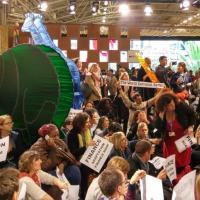 Громкая акция протеста в Париже: люди требуют климатической справедливости