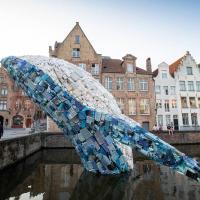 Огромный кит из пластиковых отходов