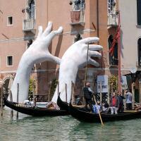 Руки вверх! Скульптура в Венеции обращается к человечеству