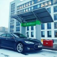 Это Беларусь, детка: водителя «Tesla» прогнали с «Белоруснефти» в Минске и отправили в Воложин